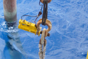 Hydraulic release shackles